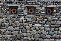 园林景观鹅卵石墙和木窗