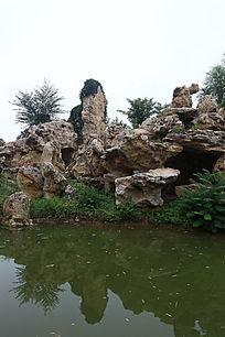 园林景观太湖石倒影在水中