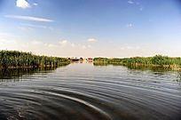 沙漠绿洲的湖水泛起的清澈漪涟