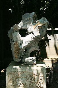 石雕基座上的太湖石奇石