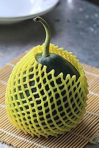 一个带有包装的水果