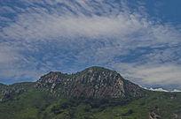虎头山的鱼鳞状的天空白云