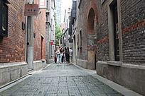 弄堂里外国游客穿街走巷