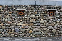 青石组成的带木窗的石墙背景