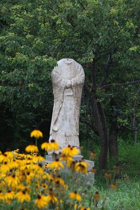 花园里的古代石雕残缺人像