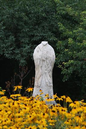 花园里的古代石雕人像