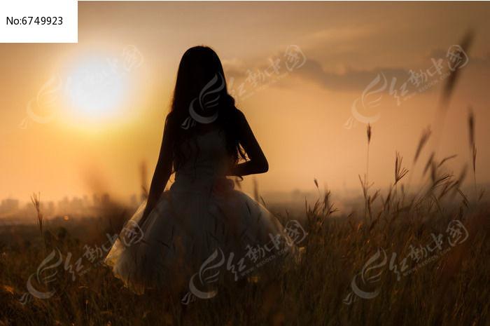 夕阳人物剪影图片