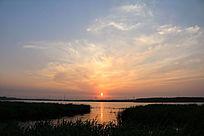 夕阳晚霞映湖水