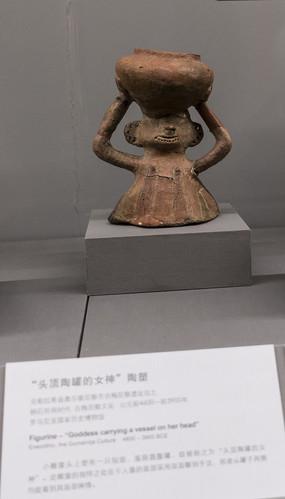 头顶陶罐的女神陶塑