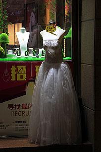 穿婚纱的全身无头女模特