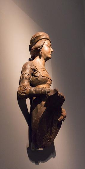 带纹章木雕像