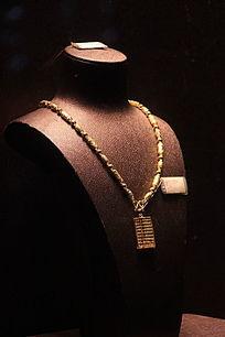 挂着金项链的人体模型