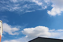 蓝蓝的天空白云飘