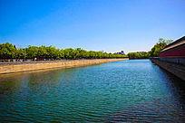 绿意盎然清澈的湖水