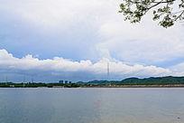 水库的蓝天白云风景