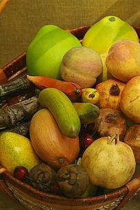 桃子香蕉石榴水果篮