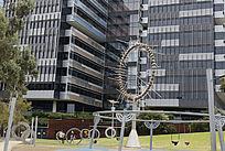 大楼下的轮环雕塑