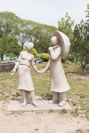 打伞的情侣雕塑近景照