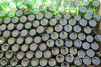 空啤酒瓶子堆砌的墙