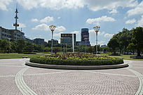 蓝天白云下的茂名市大草坪