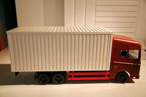 红色的集装箱大卡车