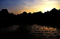 黄昏山水剪影自然风景图片