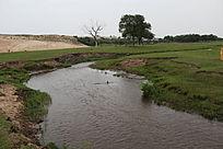 草原深处的一条小河
