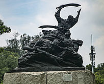 挥着大刀的战士雕塑