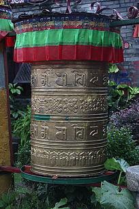 刻着西藏文字的雕塑
