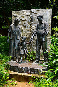 一家三口的铜像