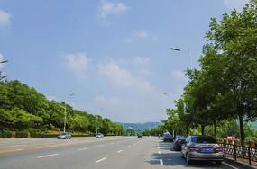 鞍山玉佛山鞍千公路两侧树木与蓝天白云
