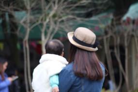 潮妈妈和女儿虚焦图