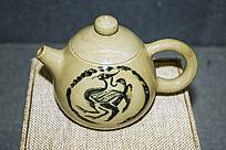 凤凰图案的淡黄色茶壶