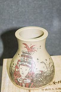 红色帽子少女图案的花瓶