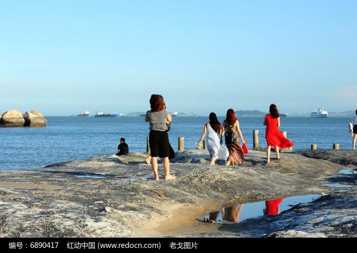 海边的红衣女孩图片