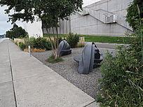 碎石地上的景观雕塑