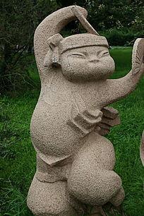 玩纸扇的小男孩石雕像