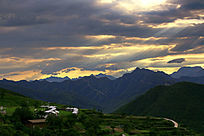 西山层峦和金色夕阳