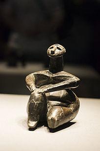 坐着的女人雕像特写