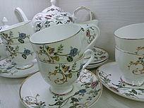 摆放不齐的花纹茶具