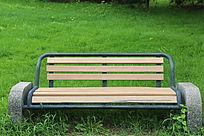 绿草地边的公园长椅