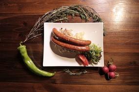 香辣香肠配土豆沙拉和酸菜