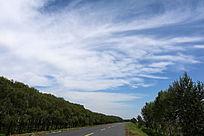 大堤蓝天白云