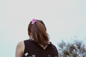 戴花的少女背影