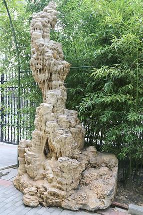 竹林背景山峰状钟乳石