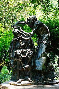 剪头石雕像