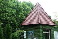 园林中欧式尖顶小房子