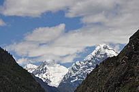 蓝天白云下的雪山