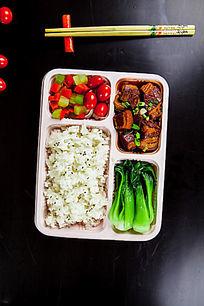 三层蔬菜盒饭