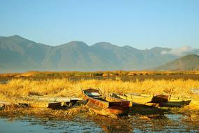云南泸沽湖草海船只日出风景